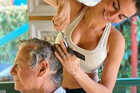 Mel cortou o cabelo do sogro em casa