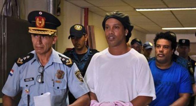 Melhor do mundo noa anos de 2004 e 2005, o ex-meia foi detido no país após apresentar passaporte adulterado