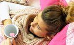 Qual a melhor formade prevenção de pneumonia? A melhor forma de prevenção é tomando a vacinacontra gripe e a vacina contra pneumonia, principalmente idosos, doentescrônicos, crianças e gestantes. E ainda evitar ambientes fechados que contenhampessoas com tosse e outros sintomas da gripe, além de higienizar as mãos comálcool gel