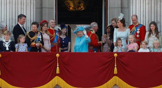 A família real reunida no Palácio de Buckingham para ver o espetáculo com aviões da Força Aérea britânica Parada tradicional