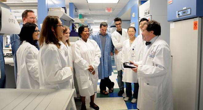 Membros do laboratório da Escola Nacional de Medicina Tropical da Faculdade de Medicina Baylor de Houston