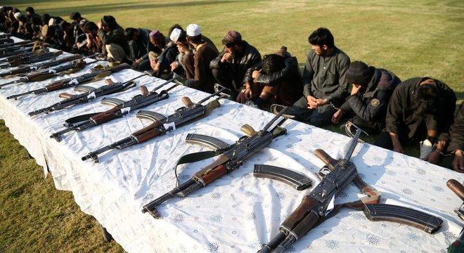 Membros do Talebã e Estado Islâmico participam de cerimônia de negociação de paz em Jalalabad; a foto é de dezembro de 2019