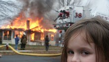 Meme de menina observando incêndio é vendido por R$ 2,6 mi