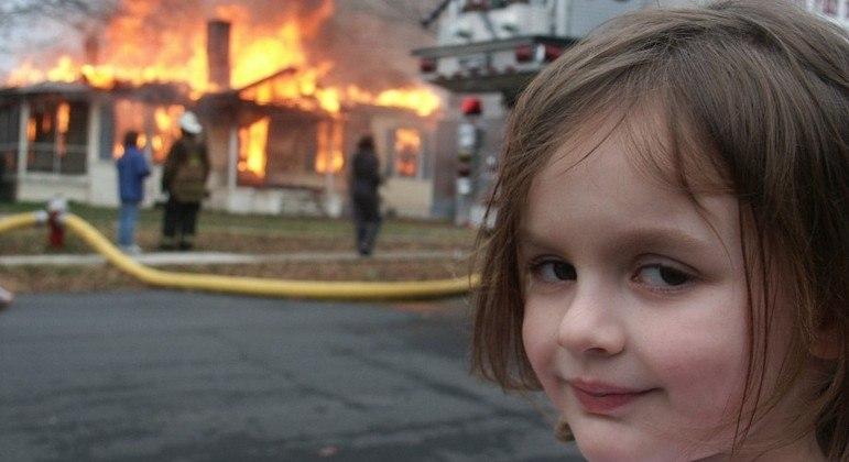 A própria garota que aparece na foto, Zoe Roth, foi quem leiloou a imagem