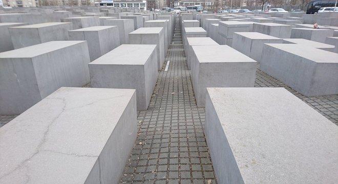 Alunos também ouvem depoimentos de vítimas e visitam memoriais que lembram o Holocausto