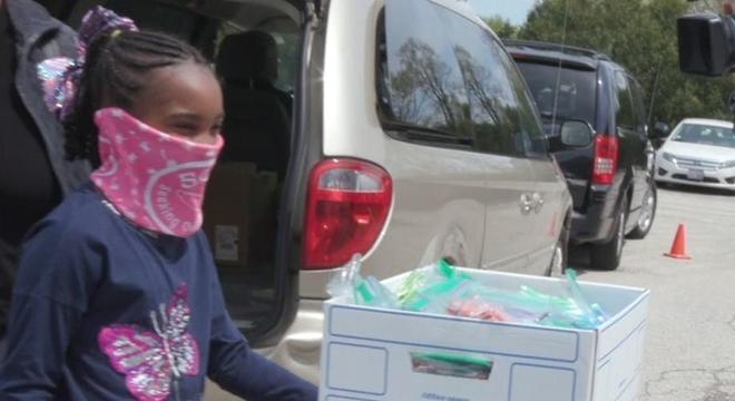 Olivia distribui as máscaras de proteção pelas ruas ou nos estacionamentos