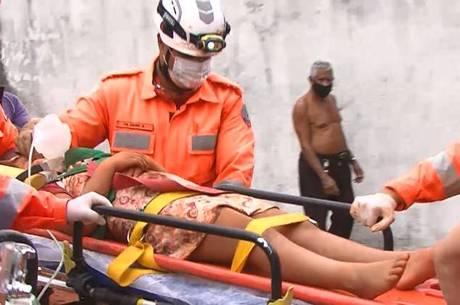 Criança caiu em um buraco de 2 metros