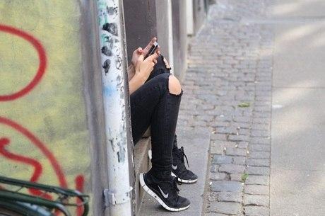 Pais devem ter acesso aos celular dos filhos sempre