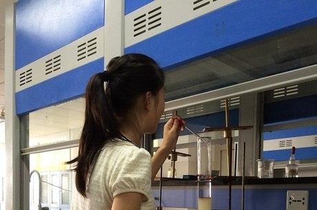 Menina pesquisa em um laboratório de ciências