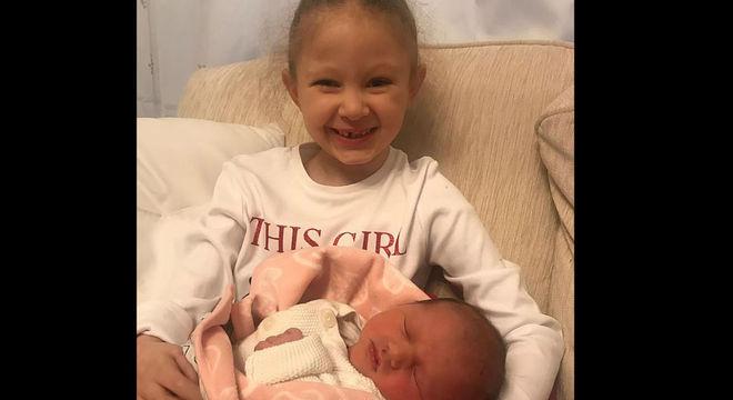 Menina Darcy com a irmã recém-nascida Beatrice