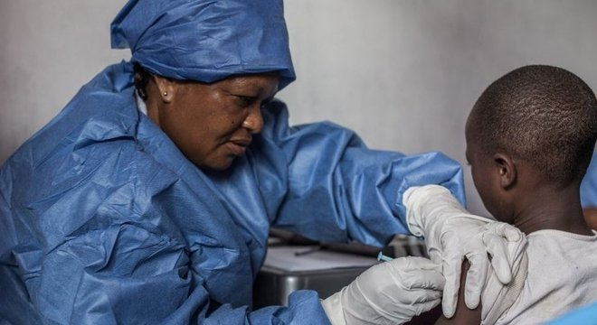 Menina é vacinada contra Ebola no Congo