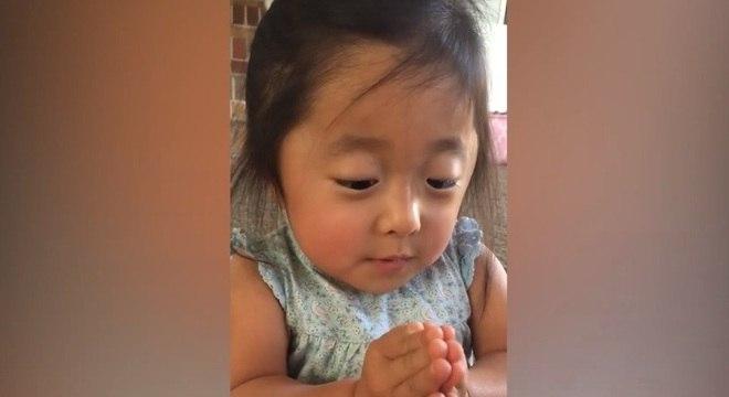 Menina encantou ao falar sobre seus pais adotivos