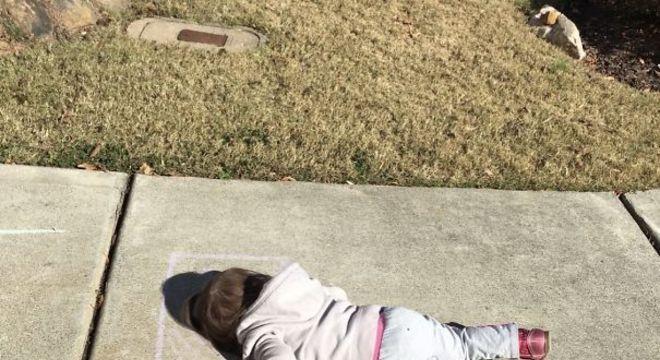 Menina encontrou jeito inusitado de tirar uma soneca