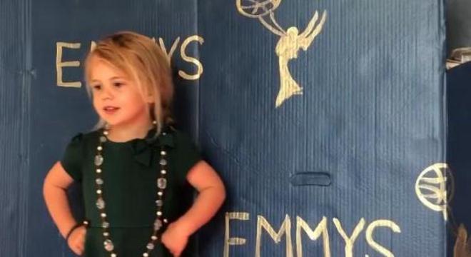 Família recria cenas com sua filha sendo a estrela das gravações