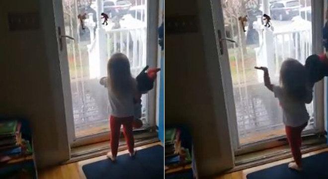 Charlotte acena para rapaz que deixa encomenda na porta