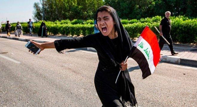 menina protestando no Iraque