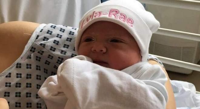 Menina recém-nascida que faleceu após dormir na cama com seus pais