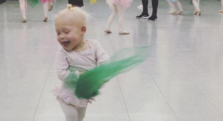 Criança mostra ser alegre apesar de sua batalha contra doenças