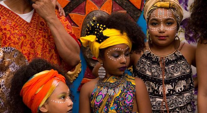 Meninas aprendem a valorizar a cor, o cabelo e as suas raízes