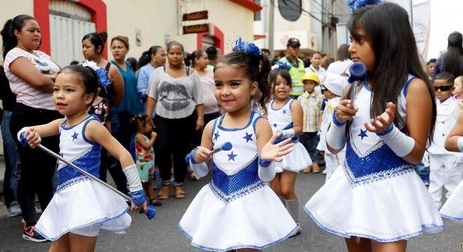 Meninas de Honduras desfilam no Dia da Independência: a vida será mais difícil para elas