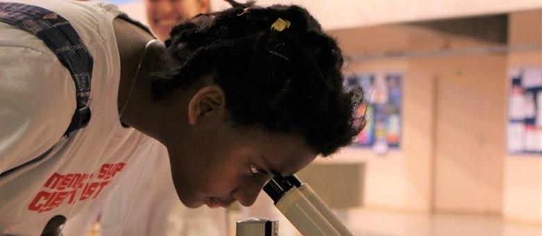 Meninas são incentivadas a participar das aulas e atuar nos laboratórios