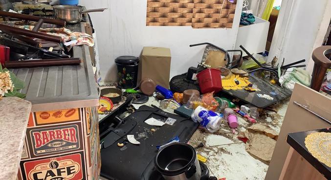 Foto mostra televisão, utensílios e até alimentos ao chão