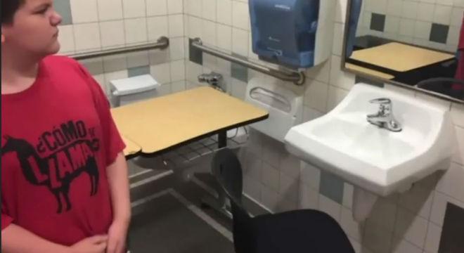Menino autista que foi obrigado a estudar no banheiro da escola