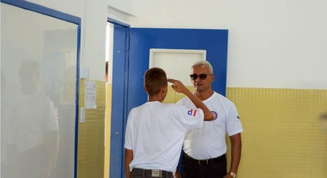 O líder da turma, que muda a cada dez dias, recebe os professores prestando continência