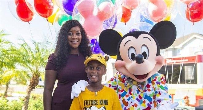 Jermaine Bell recebeu a visita de Mickey durante sua festa de aniversário
