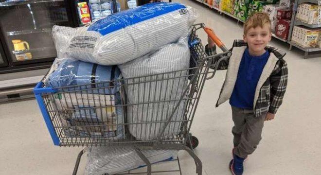 Tyler foi às compras e com a ajuda da família conseguiu mudar a vida de muitas crianças