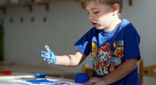 Alguns criticam o método Montessori por sua informalidade em relação à educação tradicional.