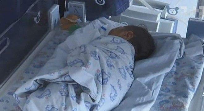 Menino recém-nascido filho de uma menina