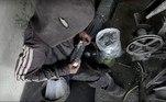 Mohammed passa o dia separando e embalando esponjas de aço na fábrica. Trabalhando 10 horas diárias, ele consegue ganhar 100 liras turcas (o equivalente a US$ 13 ou R$ 73) por mês. O dinheiro é turco por causa dos rebeldes que controlam a região. Essa é toda a renda da família