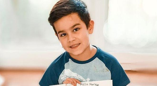 O menino passa horas respondendo as cartas