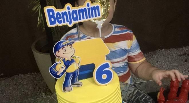 O pequeno Benjamin comemorou seis anos de idade com um bolo em homenagem aos Correios