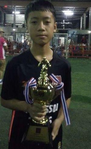 Pong tem 13 anos e é meia direita do time