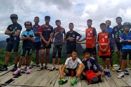 Foto postada no Facebook mostra o técnico com o time de futebol