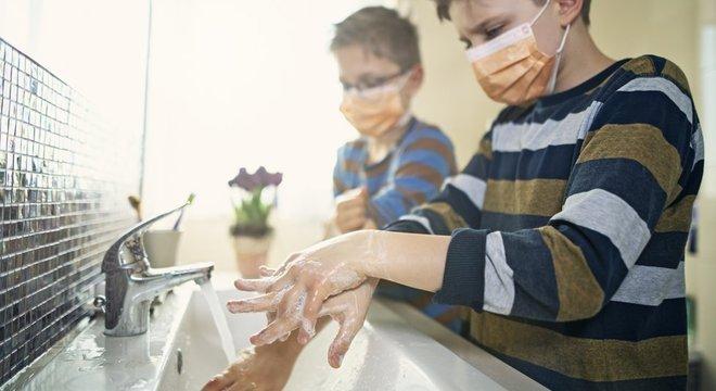 O uso de máscaras deve ser complementado por outros cuidados, como a higienização das mãos