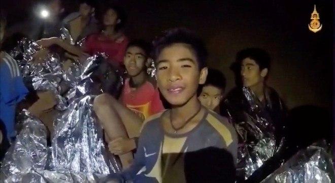Meninos presos na caverna na Tailândia; ex-marinheiro morreu no resgate