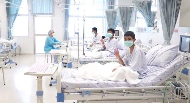 Vídeo mostra os garotos vestindo máscaras cirúrgicas e acenando para parentes