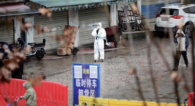 Mercado de Wuhan é apontado como o foco inicial da pandemia, mas há muito a se esclarecer ainda