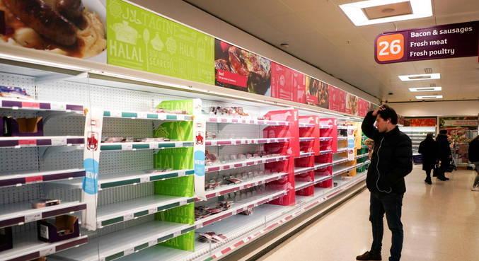 Mercados no Reino Unido estão ficando sem comida após aumento de casos