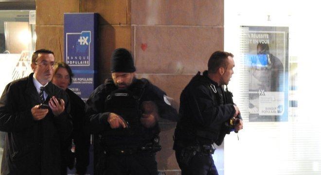 Policiais tomam conta do centro de Estrasburgo durante tiroteio