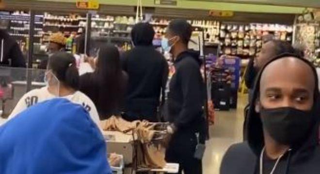 Amigos tomaram a frente dos caixas pagando as compras dos clientes