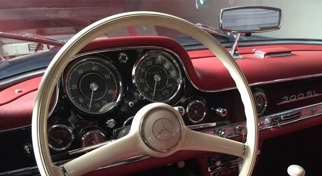 Interior de uma Mercedes-Benz 280 SL com interior vermelho restaurada na oficina A.M.Marcelo