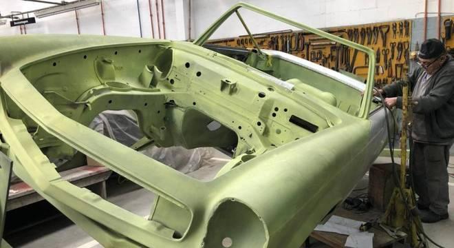 Processo de funilaria após a decupagem da carroceria de uma Mercedes 280 SL Pagoda