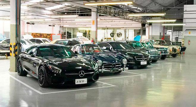 Carros alinhados em oficina: padrão de montagem é seguido à risca em processo de restauração