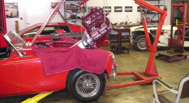 Instalação de motor em um clássico da linha Triumph dos anos 1960
