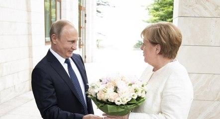 Putin e Merkel discutem produção de vacina