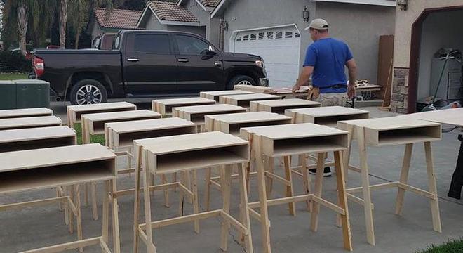 Pai está construindo mesas para crianças poderem estudar em casa